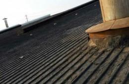 赛尔工业园几栋厂房顶子管道周围漏水严重。