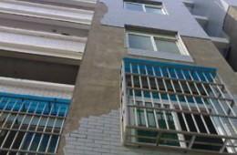 小区墙面瓷砖掉了找刮灰师傅。
