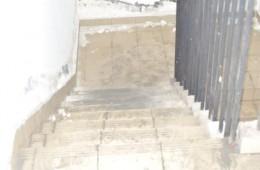 昌化卫生服务站楼梯道一圈漏水,怀疑是厕所问题。找师傅上门检查。