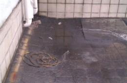 该处往地下室进水,找嘉定区附近专业师傅修整。