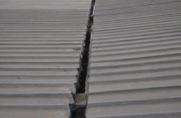 两路空港保税区D栋屋顶彩钢瓦条和水沟漏水