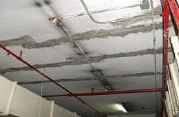 缤果城酒店消防通道天花板有裂缝渗水
