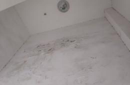 明德中学 教学楼楼梯间墙壁严重渗水