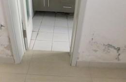 厕所和客厅的墙壁两边像渗水,找师傅上门检查。