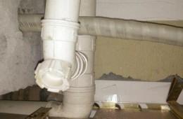 拱墅区九色娱乐ktv 卫生间天花板污水管周围滴水