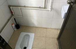 余杭区欢西路国珍健康生活馆 厕所蹲便器往楼下漏水