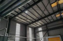 于洪区千山路黎明电器装备厂 车间彩钢板采光瓦下雨漏水。
