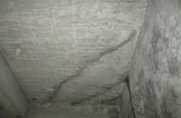 海悦假日宾馆电梯井天花板漏水