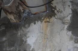 美美友好商场地下停车场墙上漏水