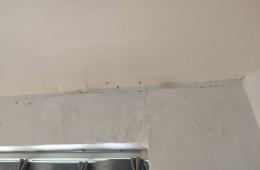 窗户上方墙体漏水,一面墙,下雨时顺着墙流水!